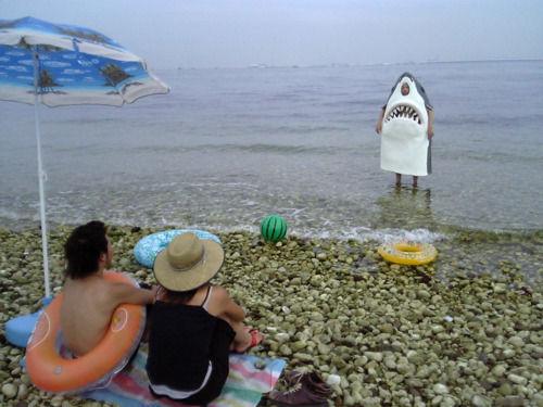 着ぐるみザメを見つめる男女の面白画像
