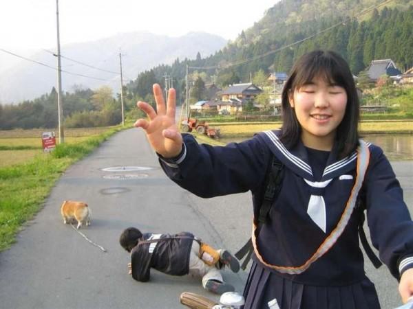 女子中学生と飼い主と犬との面白画像
