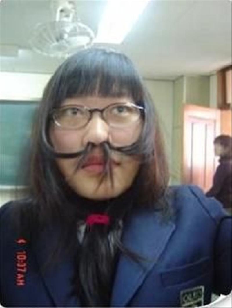 髪で遊ぶ女の面白画像
