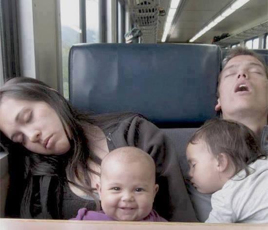 ただ一人起きてる赤ちゃんの面白画像
