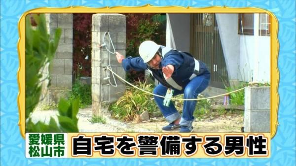 自宅を警備する男性の面白画像